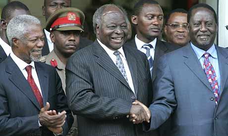 Raila Odinga (derecha) con Mwai Kibaki (centro) y Kofi Annan (izquierda).