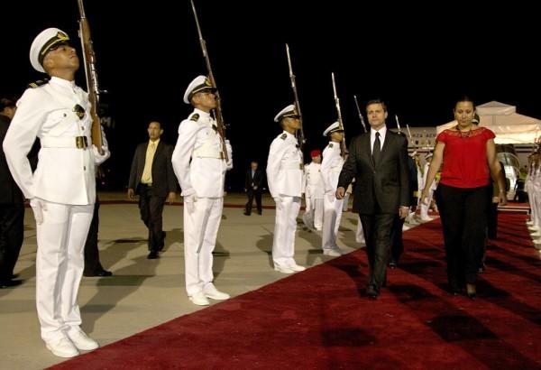 El presidente Enrique Peña Nieto, recibido con honores de Estado, en su arribo a Caracas para asistir a el funeral de Hugo Chávez.