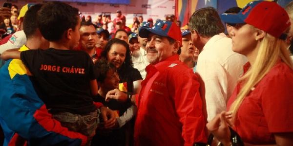 Entre las celebridades que han apoyado la candidatura de Nicolás Maduro, se encuentra Diego Maradonna.