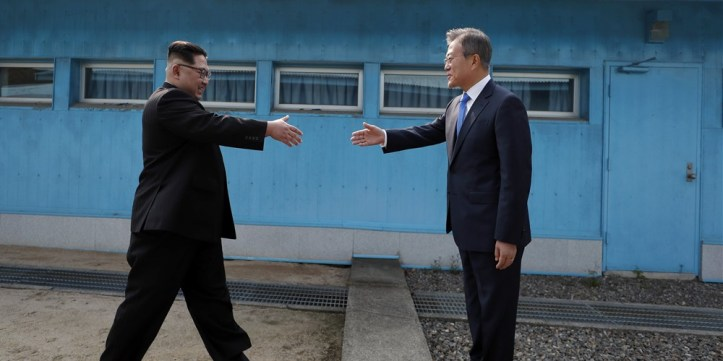 180427-world-korea-step-handshake-0304_672b933921b164addf810cc0c8857eb1.focal-1000x500